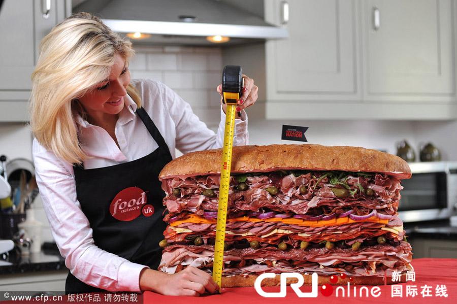 最大 世界 三明治/来自伦敦的Anna Watts 正在测量三明治大小。