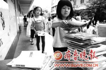 幼儿园的小朋友在排队捐赠爱心书籍.本报记者马明武春澍摄.