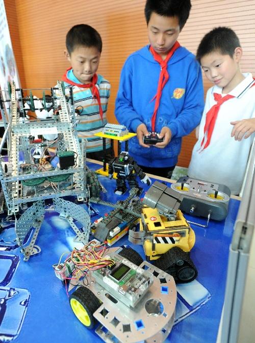 机器人,空模船模和科技小发明等七大类的2000余件作品.图片