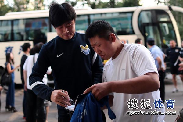 图文:[中超]阿尔滨备战国安 球迷追捧胡兆军