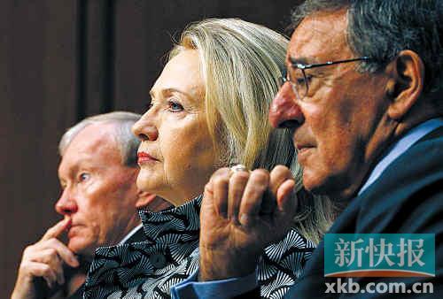 美国国务卿希拉里(中)、国防部长帕内塔(右)及美国参联会主席邓普西一同在参议院出席听证会。