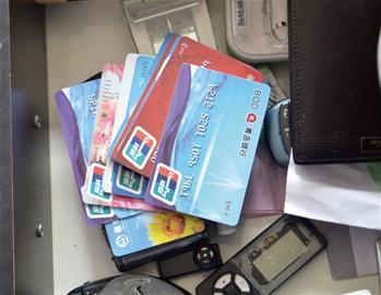 男子狂刷POS机套现千万 帮顾客代养信用卡(组