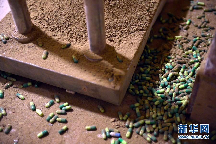 2012年5月24日,广州白云警方捣毁了一制售假药的团伙,一举抓获了犯罪嫌疑人16个,记者第一时间到制假药的工厂、加工厂窝点实地探访,发现制假药的生产机器设备落后,卫生条件触目惊心。