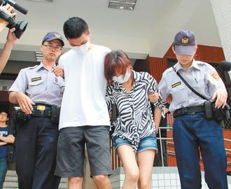 毒贩龚淑贞(右二)得知儿子、女儿后染毒,担心他们买毒受骗,干脆自己供货,且叫长子阮炜程(右三)帮忙运毒。台湾《联合报》