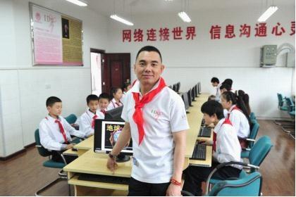 I Do基金创始人李厚霖先生在爱心电脑教室与孩子们在一起。