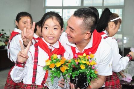 合川区特殊教育学校的孩子将亲手制作的丝网花献给李厚霖叔叔。