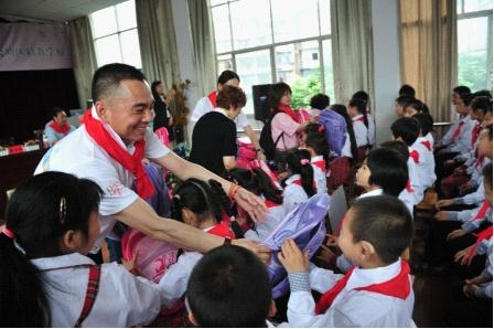 李厚霖先生为特殊教育学校的孩子发放礼物。