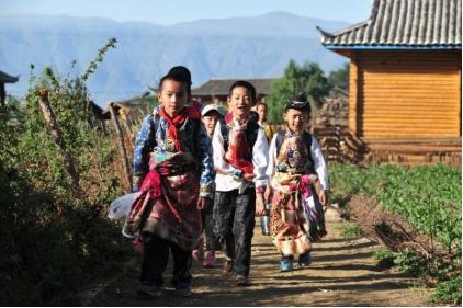 泸沽湖达祖希望小学的孩子们走在上学的路上。