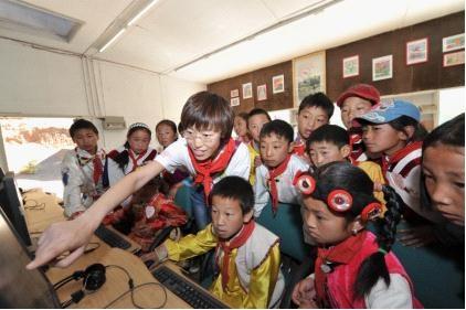 I Do基金的工作人员指导达祖希望小学的孩子们学习电脑知识。