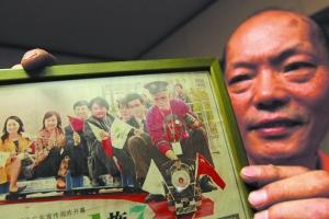 陆继明/陆继明展示自制小火车开进上海世博园时的照片