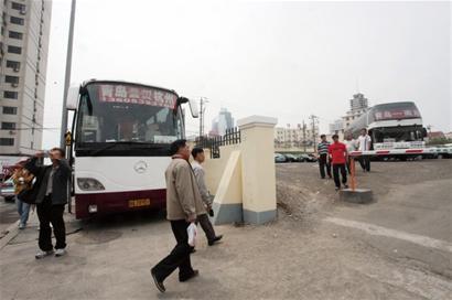 青岛火车站现天价停车场 大客车停一月收1500元