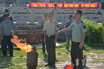 消防官兵示范如何处置液化气火灾