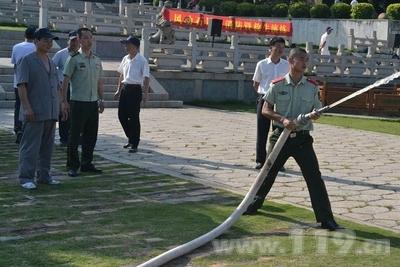 消防官兵演示如何使用消防泵浦吸水灭火
