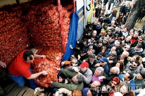 3月2日,希腊北部古城塞萨洛尼基,一些农民到城里平价直销土豆,吸引了大量民众购买。