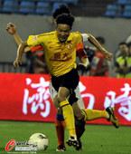 图文:[中超]鲁能1-1恒大 冯俊彦带球突破