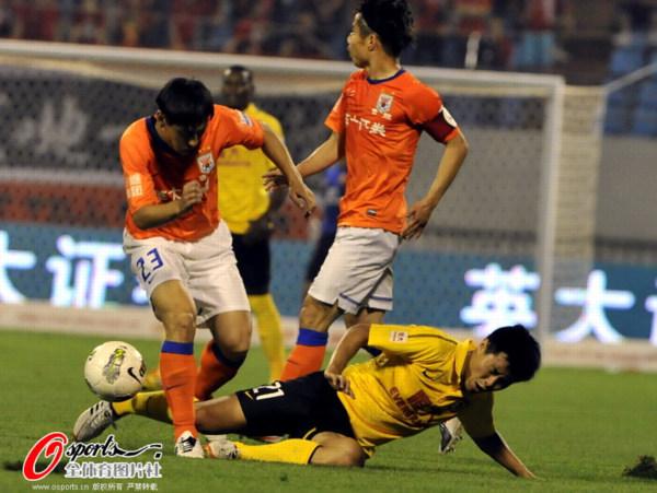 图文:[中超]鲁能1-1恒大 李微遭姜宁飞铲