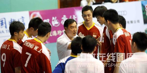图文:中国男排3-1哈萨克斯坦 周建安布置