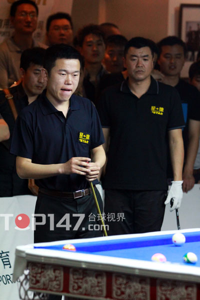 图文:中式台球排名赛河南站 王岩在比赛中