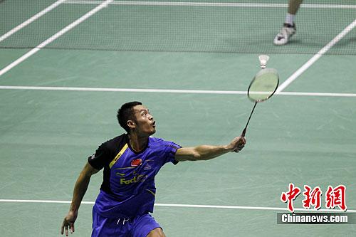 图为林丹在比赛中对阵日本选手佐佐木翔。中新社发 苏丹 摄