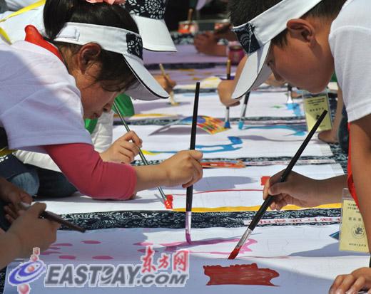 上海/图为少儿剪纸贴画活灵活现。