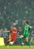 图文:[中超]绿城2-0胜建业 毕津浩杜威拼抢