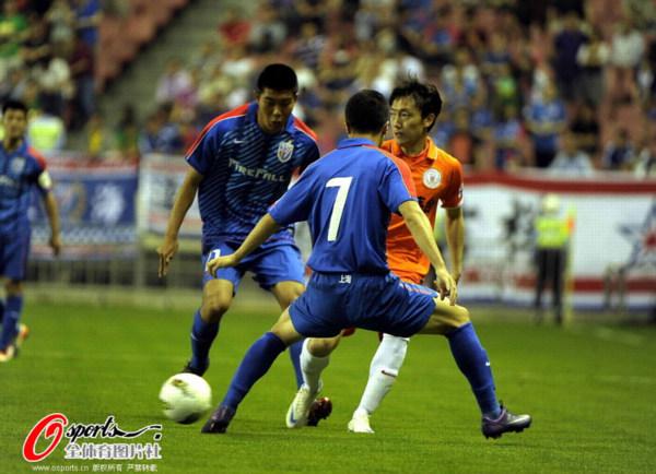 图文:[中超]申花2-1人和 冯仁亮对抗曲波