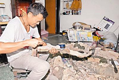 """香港坪洋村""""沉香大王""""陈先生庆幸家中价值120万元的一件沉香得保不失。"""
