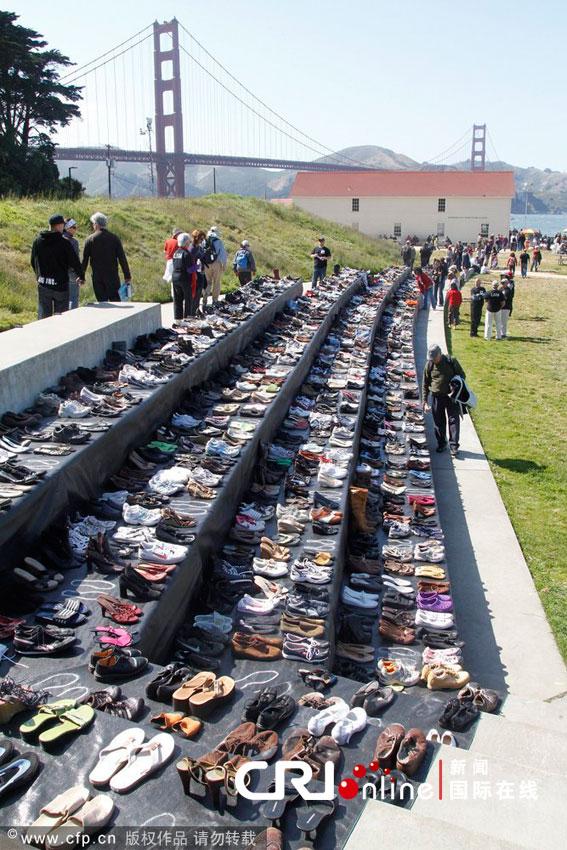 金门大桥旁摆放的鞋子