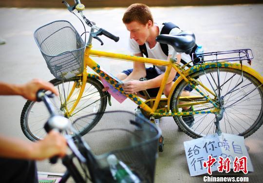 美国小伙南京摆摊给自行车喷漆(组图)