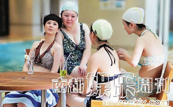 护士们脱下制服换泳装,养眼。