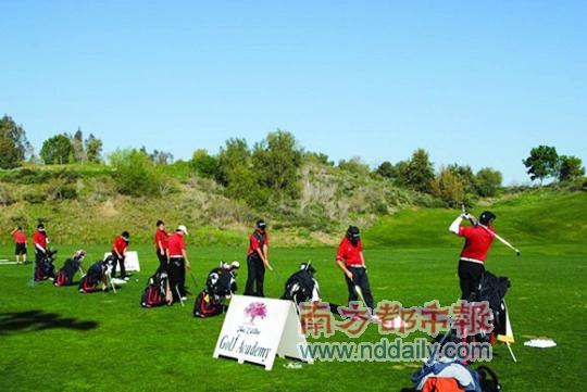 今年暑假,孩子们可到美国橡树谷高尔夫学院挥杆打高球。