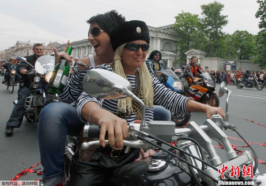 2012年5月26日,俄罗斯圣彼得堡举行摩托车大游行,庆祝建城309周年。