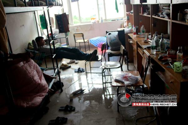 湖南大众传媒学院宿舍漏雨 学生用被子吸水[图]图片