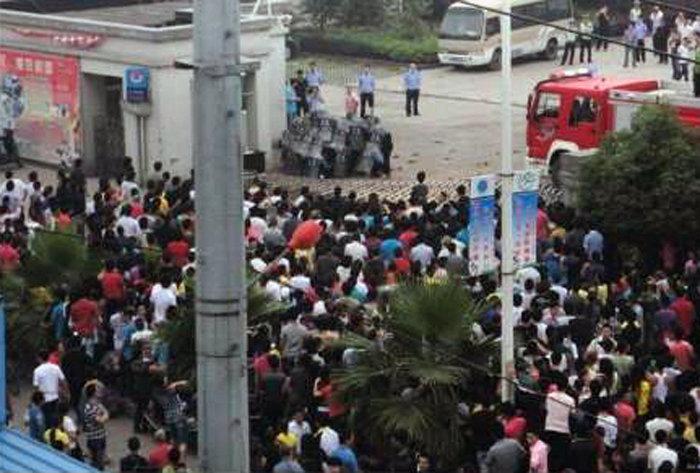 瑞安市区人口-图为周边数百群众围观.-浙江瑞安发生人员聚集冲击政府办公楼事件