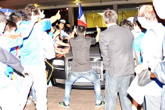 前夜比赛结束后,疯狂庆祝的球迷围住朱骏的豪车。据悉,此款车全球限量发售仅25辆,在中国大陆的售价为618万元人民币。 富图中国 图