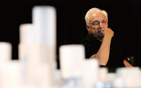 """83岁的弗兰克·盖里已经为中国美术馆新馆的项目工作了一年多,他显然非常在意这次竞标。对于作品招标成功后可能面临的争议,盖里说:""""一开始看起来奇怪的东西也会带来新的讨论。"""" (弗兰克·盖里建筑事务所提供/图)"""