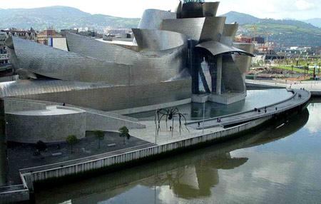 """弗兰克·盖里设计的毕尔巴鄂古根海姆美术馆,使西班牙小城毕尔巴鄂几乎一夜成为旅行胜地。对中国美术馆新馆的设计,他三缄其口,但他认为自己不是""""视觉至上""""的建筑师。 (南方周末资料图片)"""