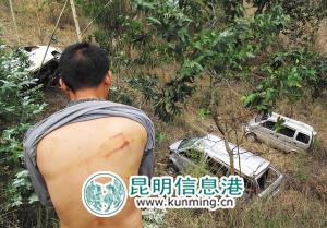蒋志福的背部还有伤,山沟里是被推下的三辆微型车 记者 王宗林/摄