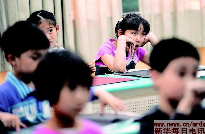 张婧婷/老师在二胡课上讲解曲谱,张婧婷有些出神犯困,打了个哈欠。