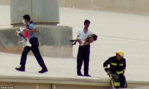 消防人员营救被困儿童