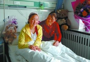 梁春霞和母亲在病房。新华社记者 王博摄