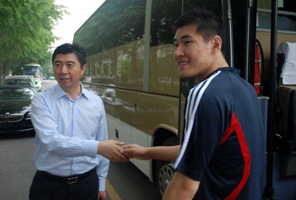 领导和陈平握手