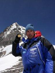 英国登山者肯顿库尔Kenton Cool展示亚瑟威克菲德获得的奥运金牌