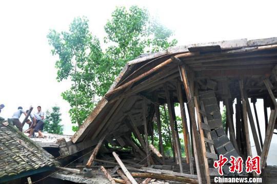 图为坍塌的民房。汪和锋 摄