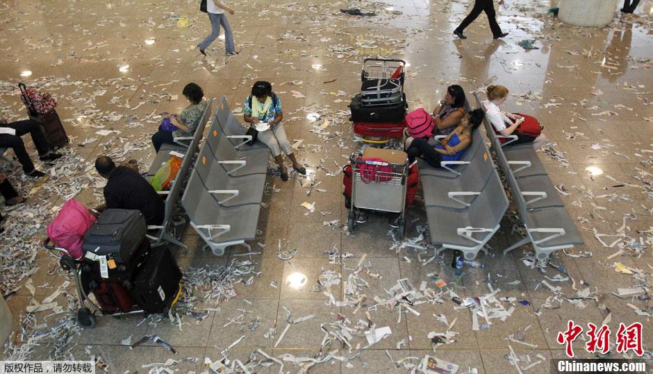 当地时间5月29日,西班牙巴塞罗那,安普拉特国际机场航站楼里一片狼藉。机场清洁工人当天举行大罢工,要求改善薪资待遇。据悉,罢工将持续两天的时间。