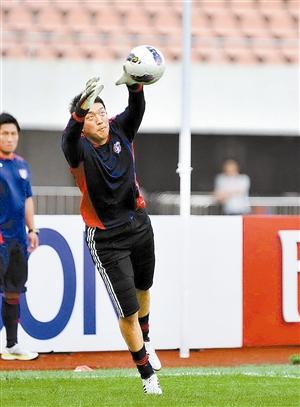东京FC昨天在广州轻松备战,图为新入选日本国家队的门将权田修一在训练中。