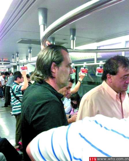 巴蒂斯塔被网友拍到搭乘地铁四号线(网络截屏图)