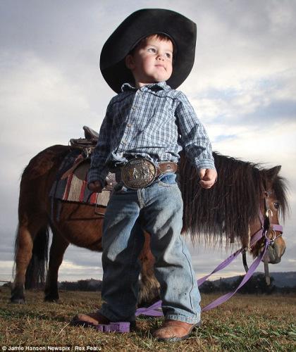 年仅2岁的吉尔热衷赛马