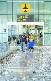 5月29日,在西班牙巴塞罗那机场,人们走在满是纸屑的地上。当日,巴塞罗那机场的一家签约保洁公司因削减工人薪酬引起工人罢工,导致机场大厅地面满是纸屑、垃圾,无人清理。