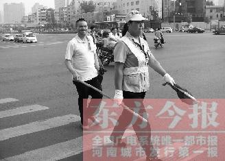 赵习华/5月29日下午6点,盲人赵习华穿着白色短袖衬衣,出现在郑州市...